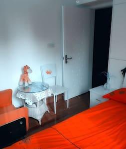 阳光温馨房:朝南的房间,自带光源和热量;大床的设计,舒适又可亲⋯ - 上海 - Pis