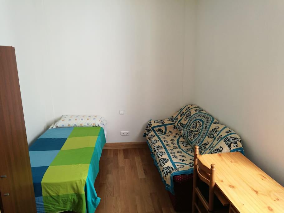 Habitación (cama, sofá y mesa)