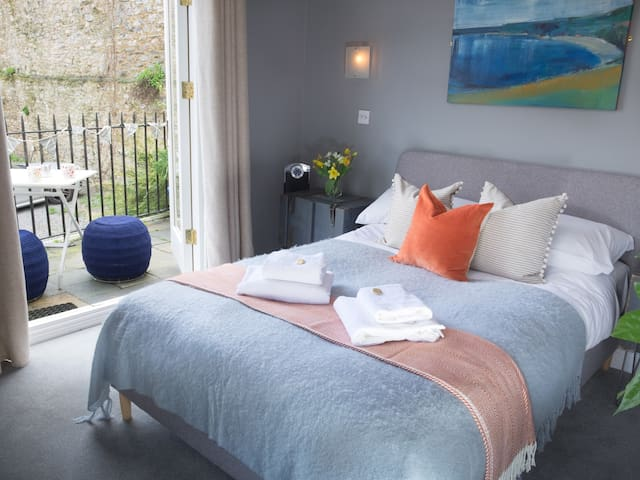 St Elmo Cottage - Double Room with Balcony