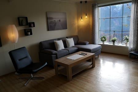 Romslig leilighet med tursti rett utenfor døren!