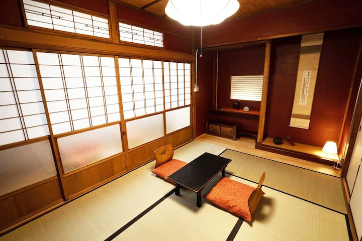 窓の外は秩父神社の表参道となります