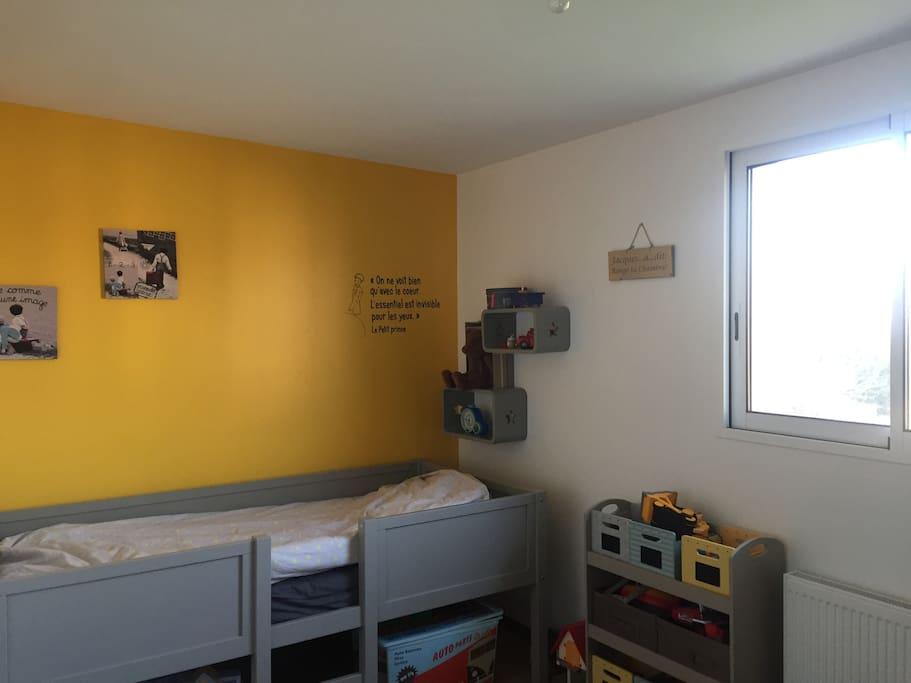 Chambre étage avec un lit enfant une personne