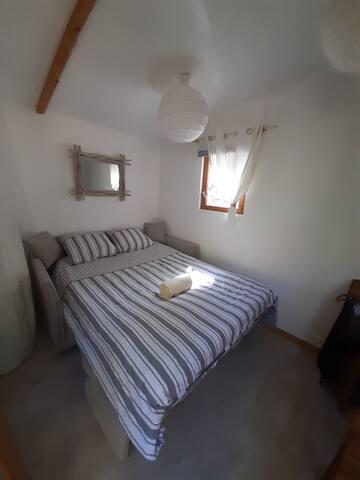 Canapé lit déplié, draps et couette déjà prête pour votre confort. Le canapé lit se déplie d une main :)