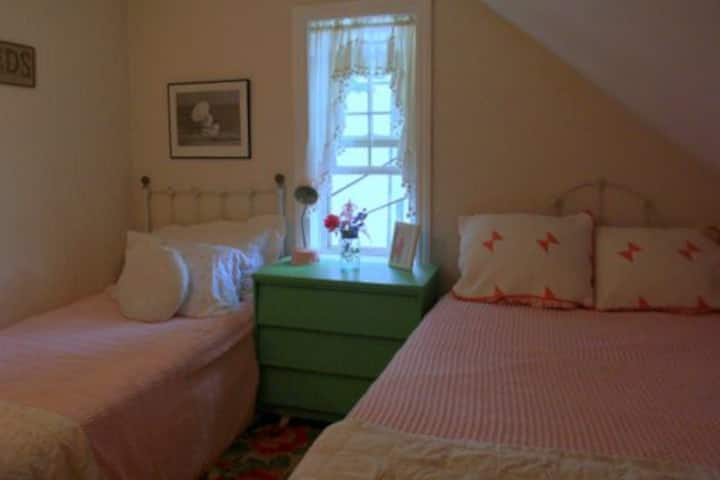 Ginger Beer Cottage- The Gabled Room