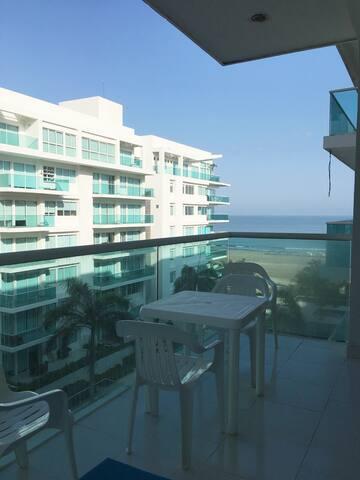 Balcón con vista al mar y a las piscinas