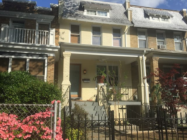 Private apartment, free parking near trendy H St