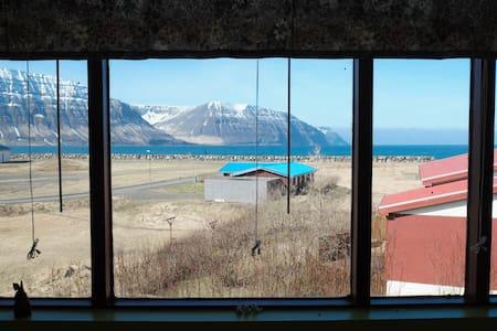 Spacious apt / Amazing view - Flateyri