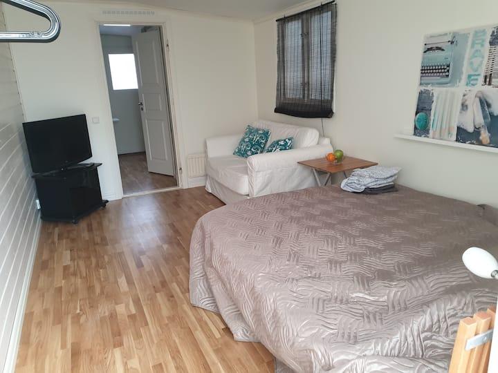 Liten lägenhet med uteplats med anslutning til hus