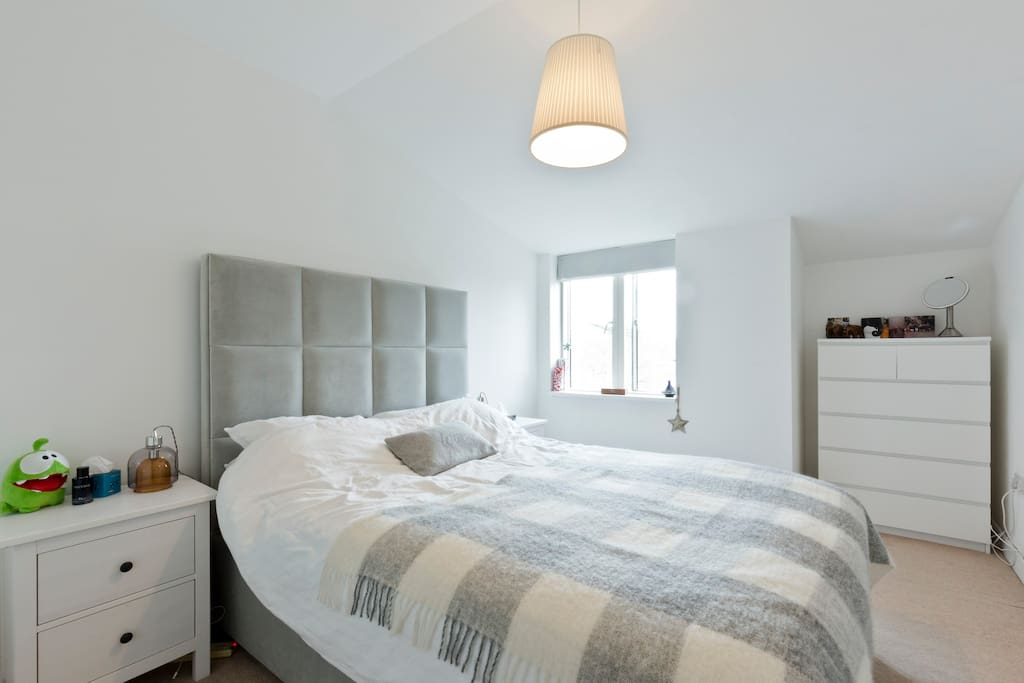 King Size bed - Room with plenty of cupboard space and TV
