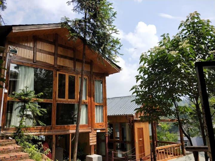 独栋吊脚楼木房子