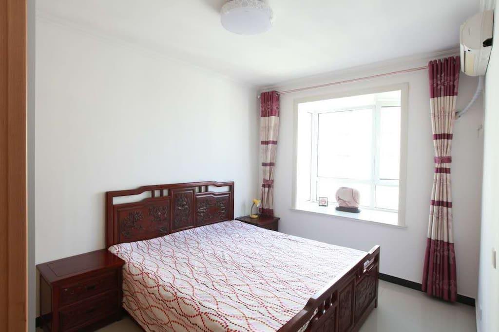 这是次卧,檀香实木雕刻家具,高端大气上档次啊,酒店专用床品,一客一换,软硬适度,睡着舒服极了