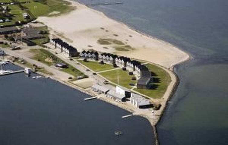 Dejligt rækkehus tæt på marina & havudsigt (25m). - Assens - House