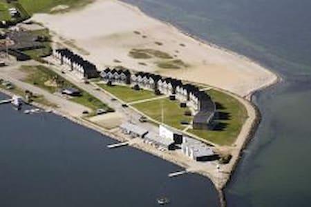 Dejligt rækkehus tæt på marina & havudsigt (25m). - Hus