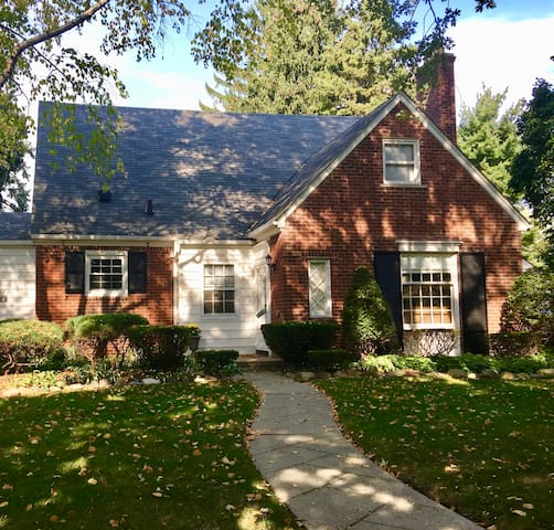 Beautiful Home One Block From Lake St. Clair!! - Grosse Pointe Woods - House