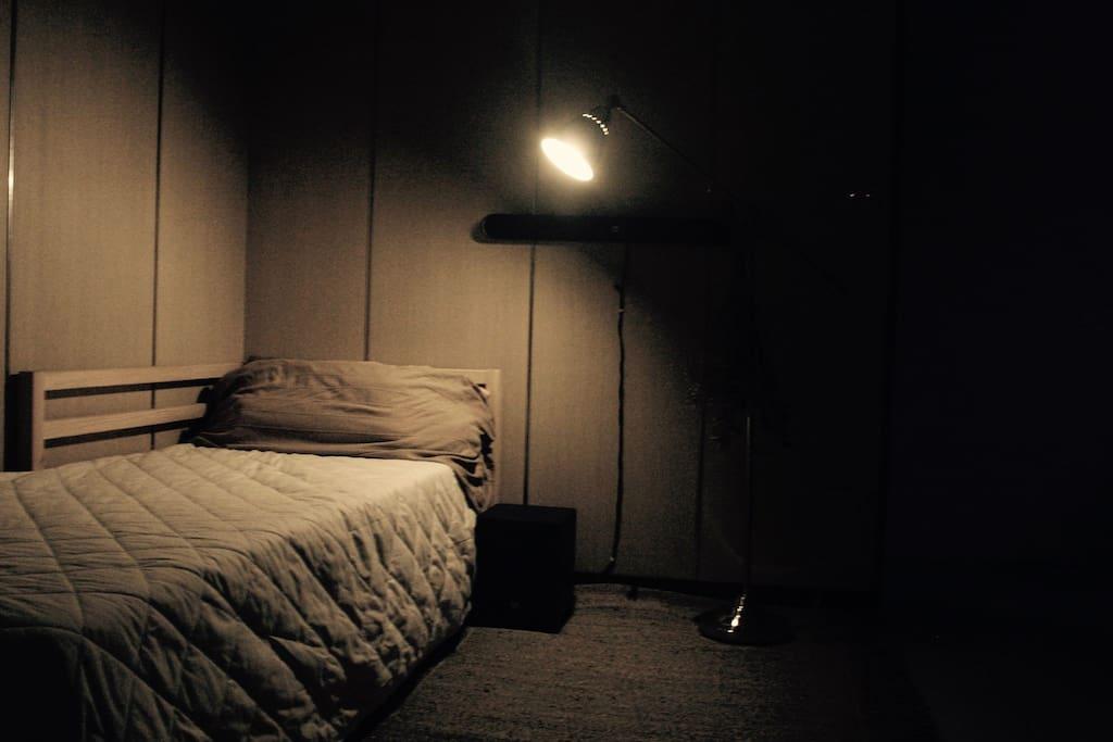 此為單人床,亦可重新組裝作為雙人床,歡迎二位朋友一起來訪。