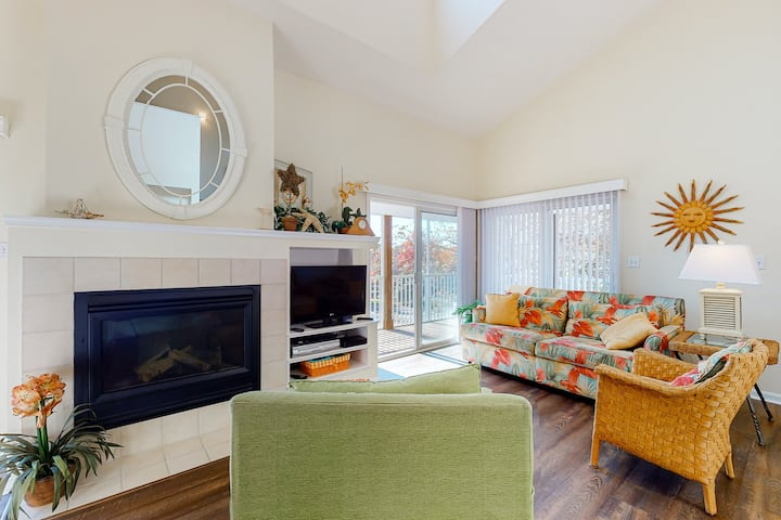 Sea Colony Tennis 2nd-floor condo with fireplace and gym!