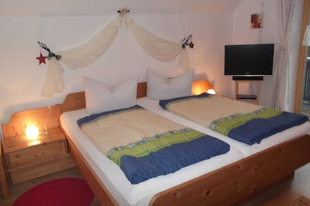 Apartment /breakfast -to Garmisch 21km - Unterammergau - Bed & Breakfast