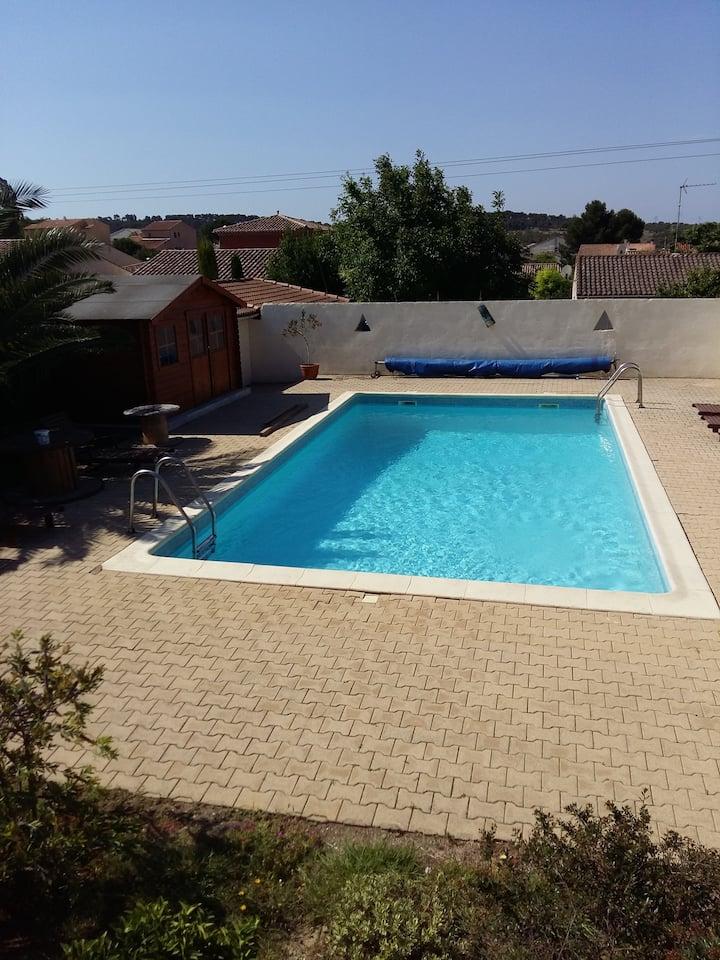 Appartement tout confort vue sur piscine.