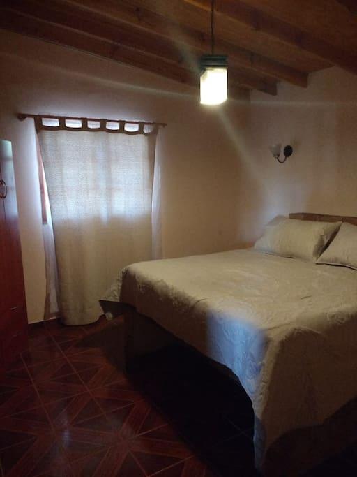 dormitorio con 1 cama matrimonial