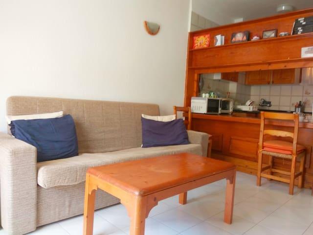 Salón con sofá cama en pleno centro Los Cristianos