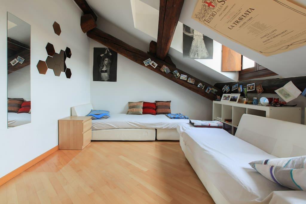 Ampia luminosa centrale stanza appartamenti in affitto for Appartamenti in condivisione milano