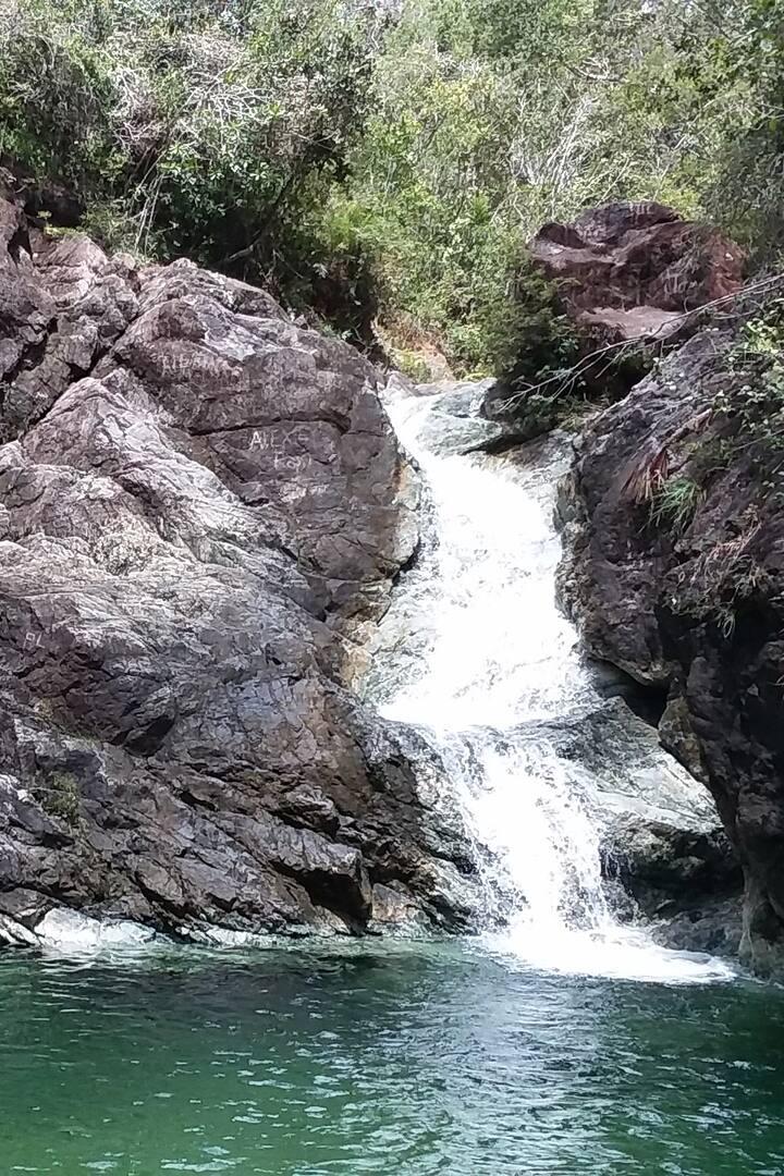piscina y cascada  natural