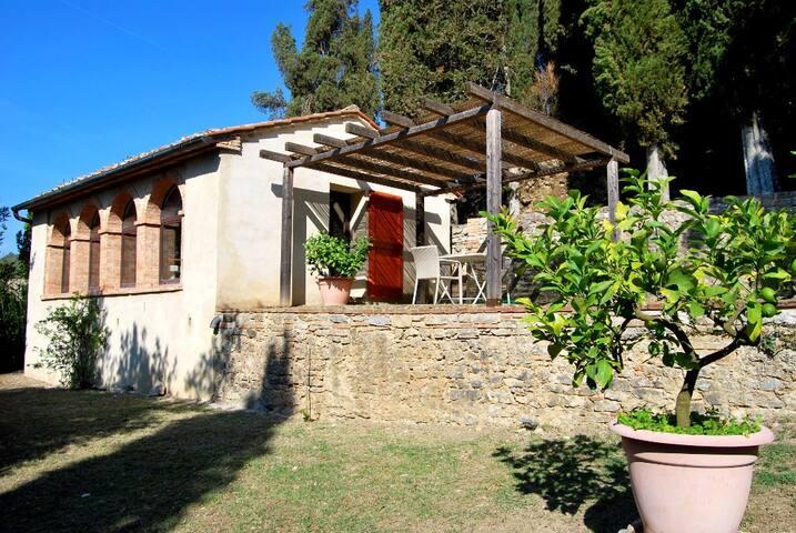 Casetta con vasca con acqua termale a San Casciano