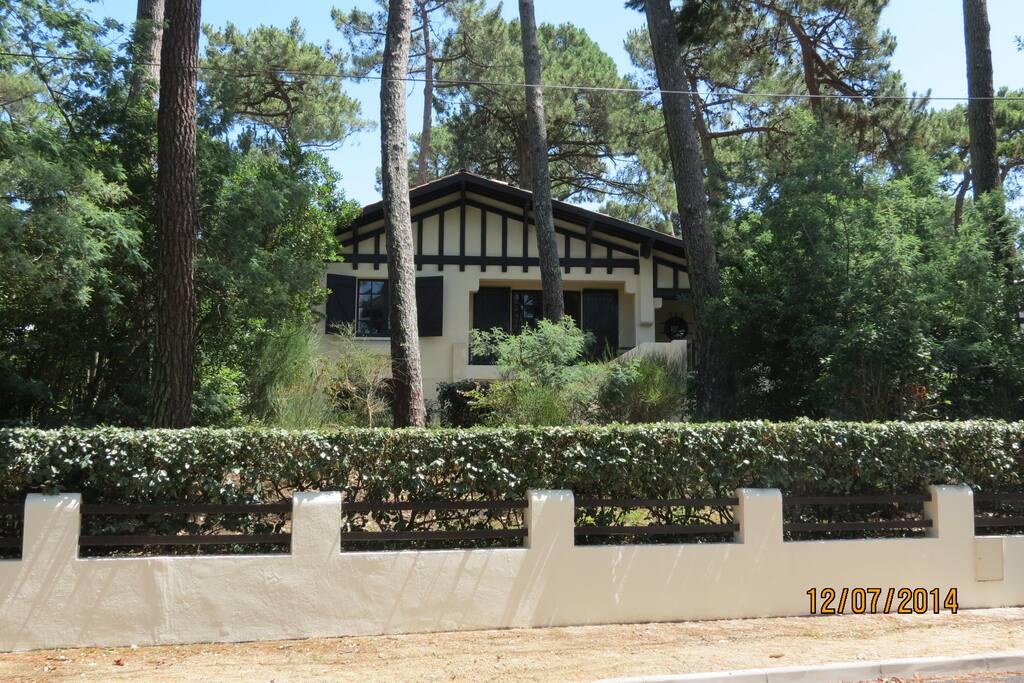 villa  au milieu de terrain 750 m2 dans un jardin rustique