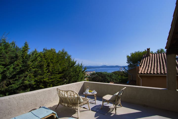 Escaumo. Stylish house, air con, garden, sea view.