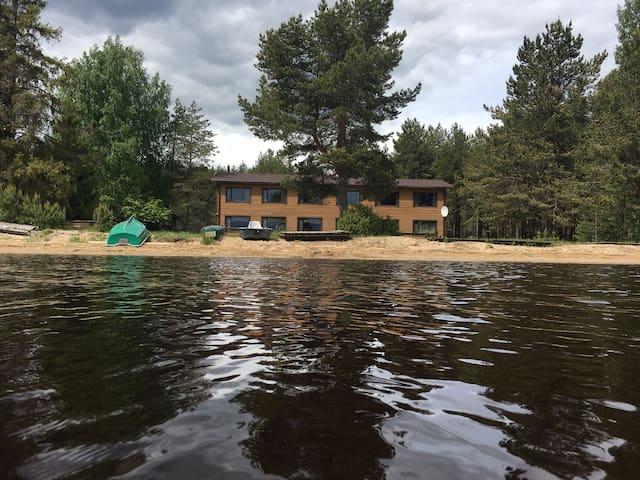 База отдыха на берегу озера Карелия