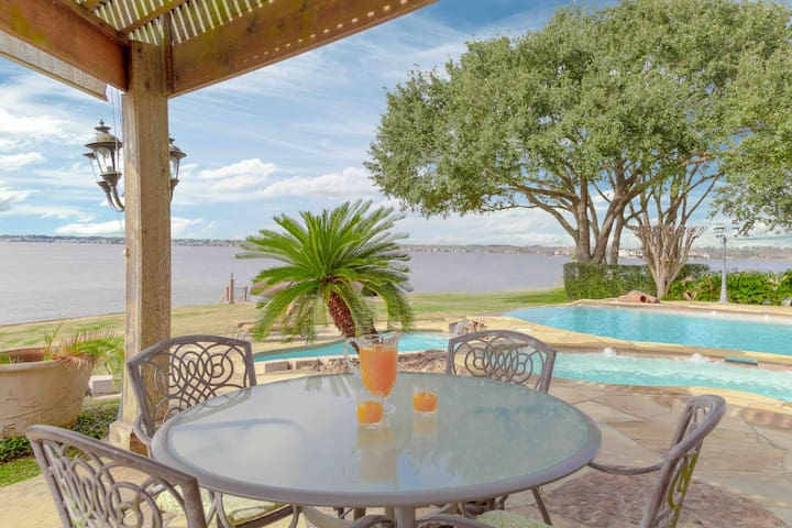 Deluxe Lake Front House in Gated Community