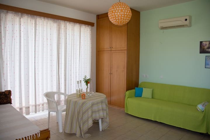 Friendly Apartment with Garden View - Afantou - Appartement
