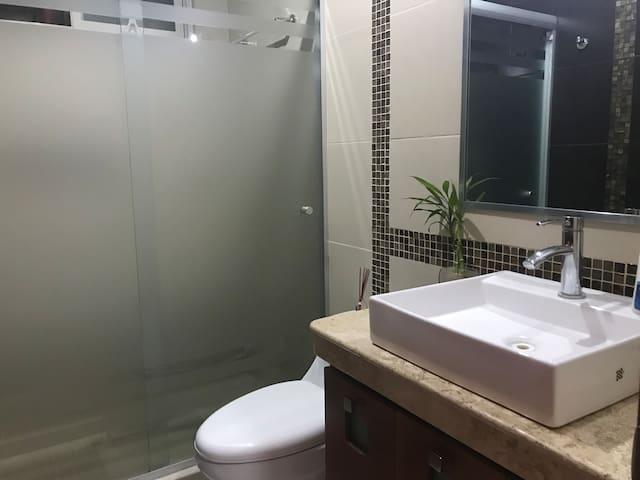 Baño completo tipo minimalista de la recámara principal , para una agradable lucha con agua caliente