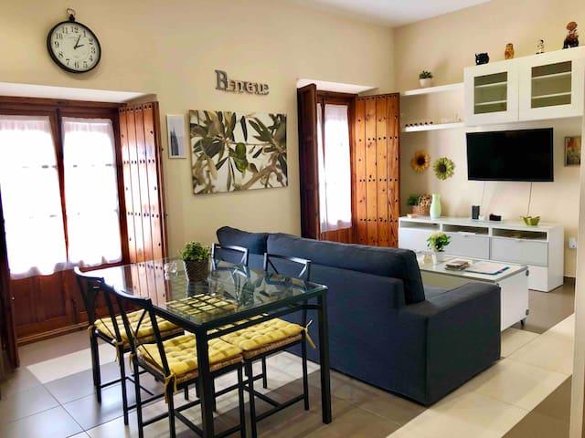 """WELCOME HOME"": Casco antiguo (Arenal) WIFI & A/C"