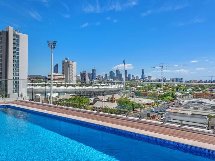 Sunny Apt near Gabba w/ Rooftop Pool & City Views