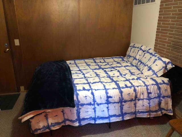 Queen Bed in dorm w/Gigabyte WiFi In Quiet House