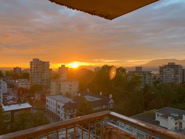Cozy Sunset View Apartment - Centrally Located!