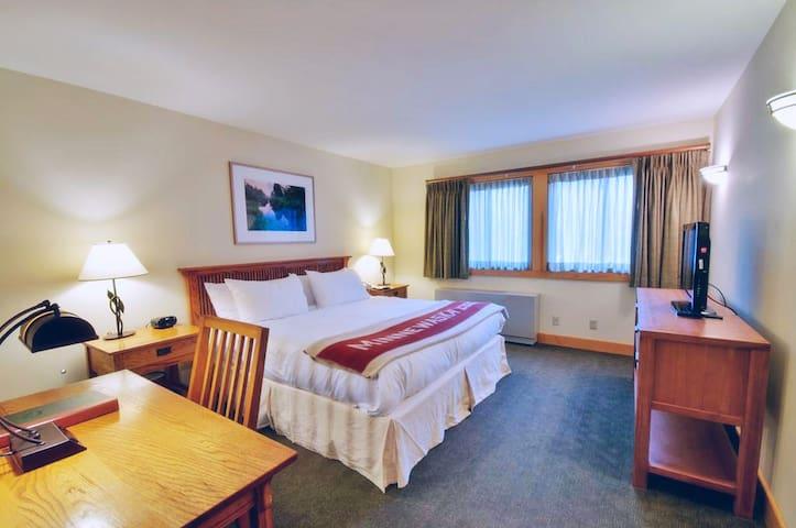 Minnewaska Lodge, 1 KING BED CLIFF VIEW