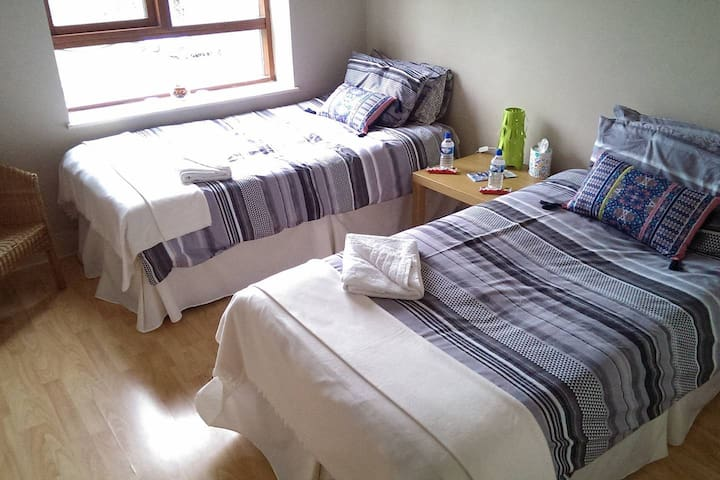 Cosy Ensuite Twin Room by train station