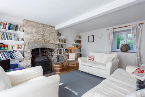Cosy, bright cottage, ideal family/walkers retreat