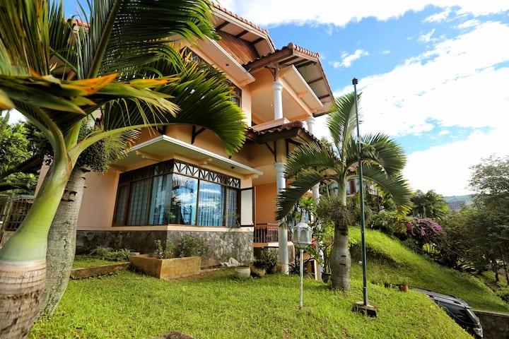 Garden Bright 3BD/3BA Mountain Dago Resort Bandung