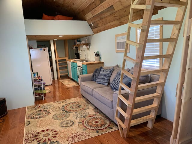 Tiny House Farm Stay, mins to lake and trails