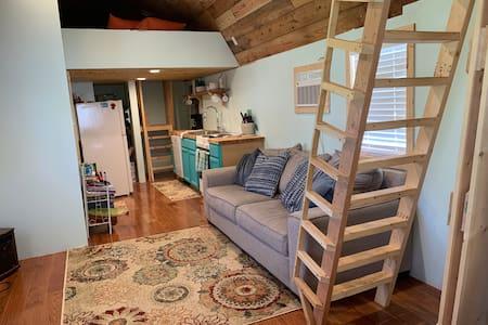 Tiny House Farm Stay, mins to lake and trails