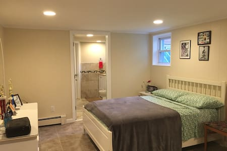 Newly renovated, modern 1 bed mins from NYC - West New York - Apartment