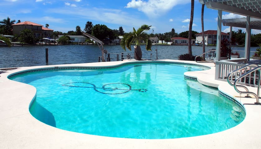 Private waterfront oasis 7 mins walk to the beach