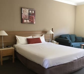 Comfortable Bedroom with Bathroom - Dandenong - Bed & Breakfast