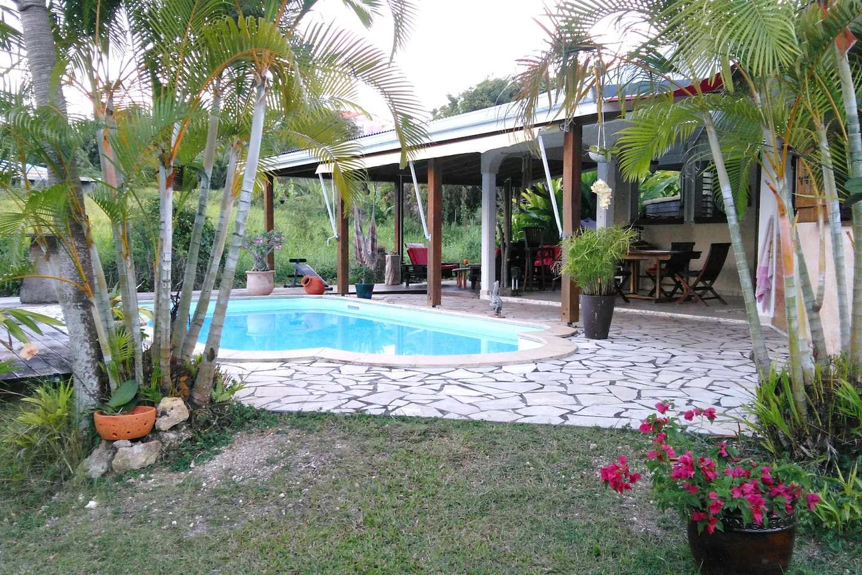 la piscine, la terrasse couverte et le jardin à disposition.