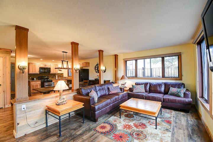 New Listing! Slopeside condo with Private Hot Tub!