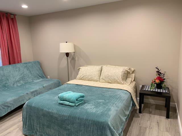 2.B Amazing bedroom with bathroom near  Universal