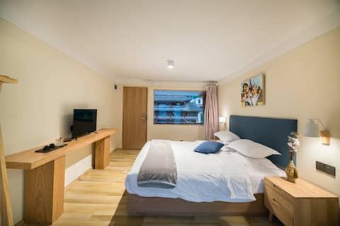 近客运站| 远山露台大床房-有餐厅可停车 Lakeview+Cozy Queen Room(一)萌宠